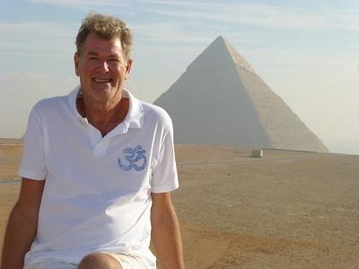 Tom de Winter przy piramidzie w Egipcie.