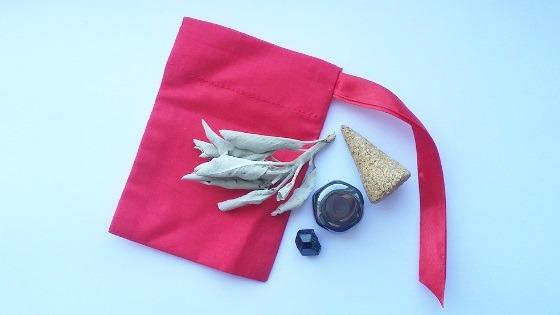 Czarodziejski woreczek - amulet ochronny w trakcie przygotowywania